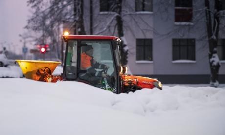 Sniegs. Pilsētas uzkopšanas darbi notiek intensīvā režīmā