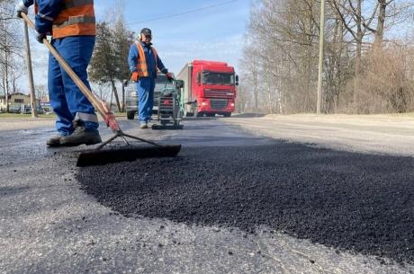 Jelgavā uzsākta bedru remontēšana ar karsto asfaltu
