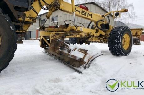 KULK tīra sniegu no ielām ar grants segumu