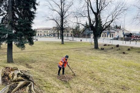 Jelgavā uzsākti pirmie pavasara uzkopšanas darbi